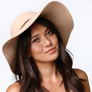 KENDALL AND KYLIE FLOPPY HAT
